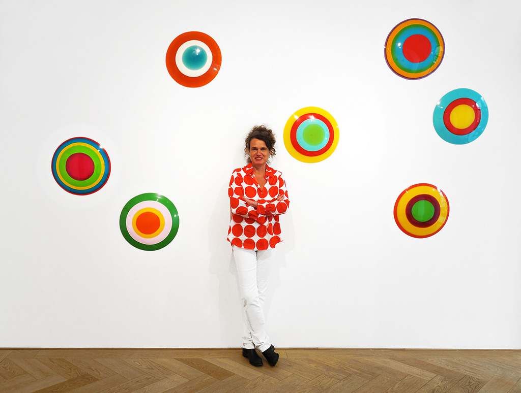 Künstlerin Uta Weber vor ihrer Wandinstallation DOTS in der Galerie SMOLKA Contemporary in Wien