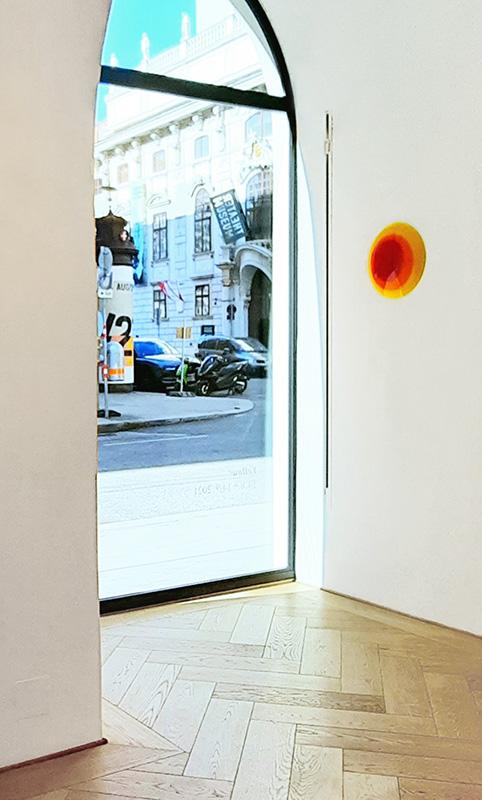 Uta Weber, Objekt Swinging Circles in der Galerie Smolka Contemporary