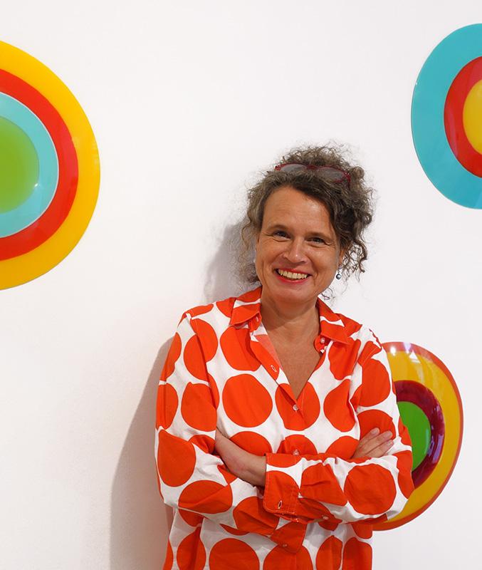 Die Künstlerin Uta Weber vor ihren Objekten